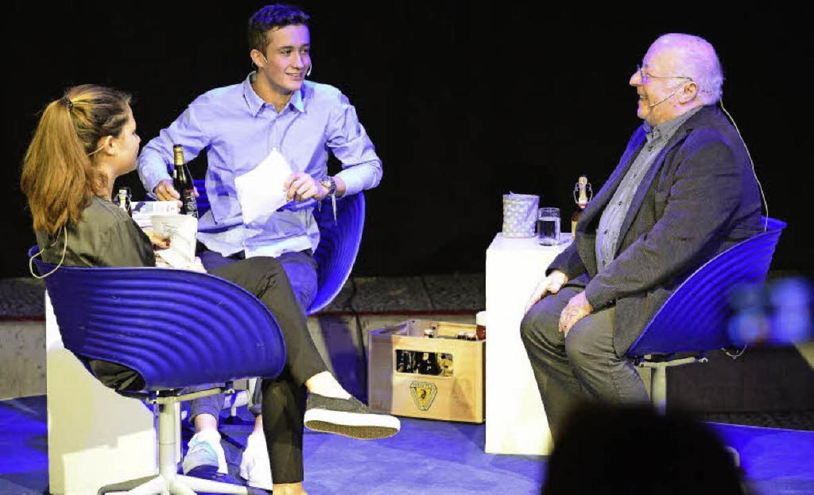 Die Moderatoren Jule Hügele und Luis Martins mit Nachgefragt-Gast Norbert Blüm  | Foto: Fotos: Ingo Schneider
