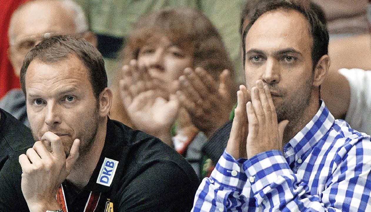 DHB-Funktionär Bob Hanning (rechts) su...r für Bundestrainer Dagur Sigurdsson.   | Foto: dpa