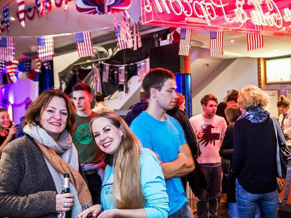 Bier, Popcorn und eine lange Wahlnacht. Die Gäste bewiesen Durchhaltevermögen.  | Foto: Julia Klaus