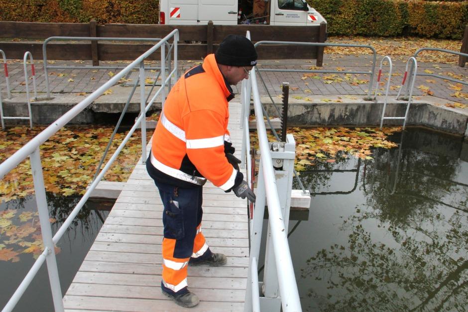 Ein Mitarbeiter vom Wasserwerk der Stadt Endingen öffnet den Schieber zum Ablassen des Wassers aus dem Erleweiher (Foto: Hans-Peter Ziesmer)