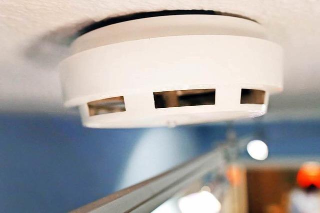 Rauchmelder alarmiert Anwohnerin – Feuer in der Kellerwohnung