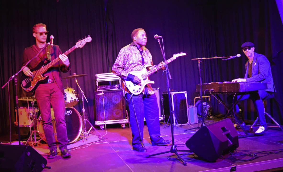 Tee Dee Young (Mitte) und die Henry Ca...d groovten bei der Weiler Bluesnacht.   | Foto: Adrian Steineck