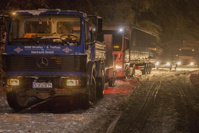 30 Lastwagen bleiben auf eisglatter Fahrbahn liegen
