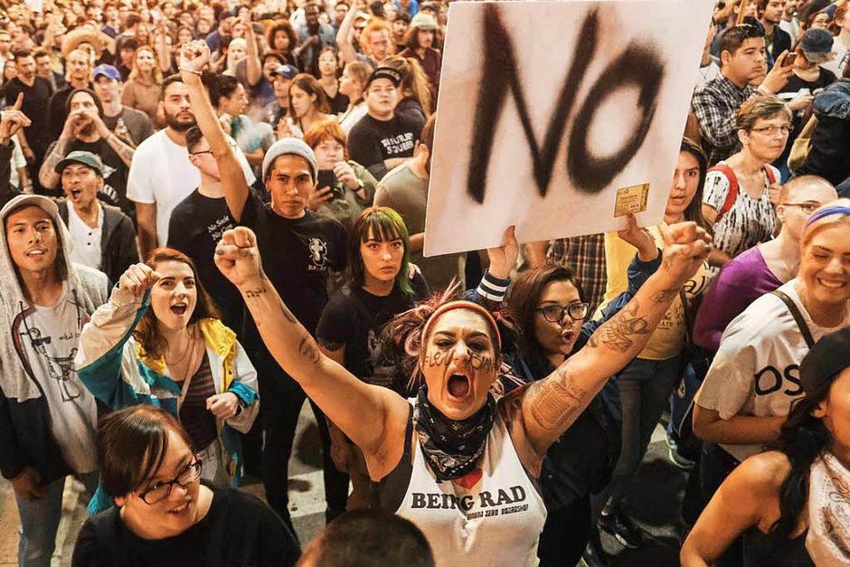 Tausende Demonstranten in Los Angeles blockieren Straßen und versammeln sich vor dem Rathaus. Die meisten Protestaktionen gegen Trump bleiben friedlich, es gibt aber auch Gewaltausbrüche. (Foto: AFP)