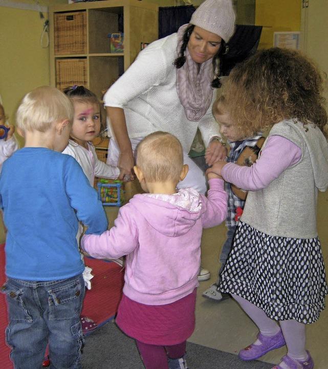 Liebevoll kümmern sich die Betreuerinn...rrotweil um ihre kleinen Schützlinge.     Foto: Privat