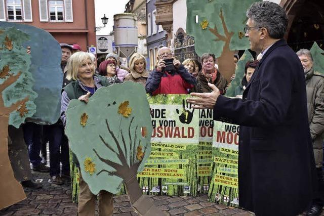 Initiative übergibt 7680 Unterschriften gegen Bauvorhaben in Mooswald an OB Salomon