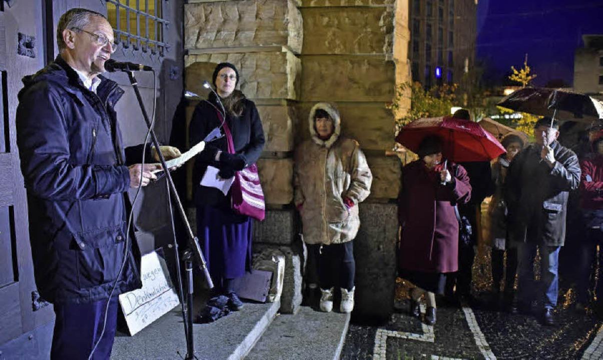 Francois Blum als Redner bei der Prote...r den Erhalt der Synagogen-Fundsteine   | Foto: Thomas kunz