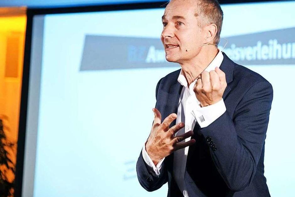 Moderator Felix Gaudo führt humorvoll durch den Abend (Foto: Miroslav Dakov)