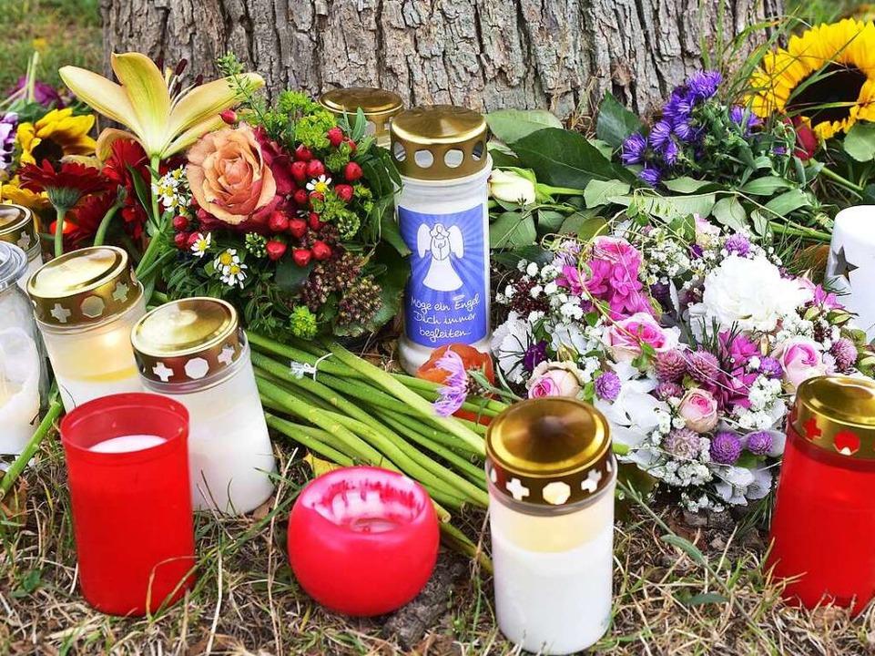 Unweit des Fundorts von Maria L. hatte...n niedergelegt und Kerzen aufgestellt.    Foto: Thomas Kunz