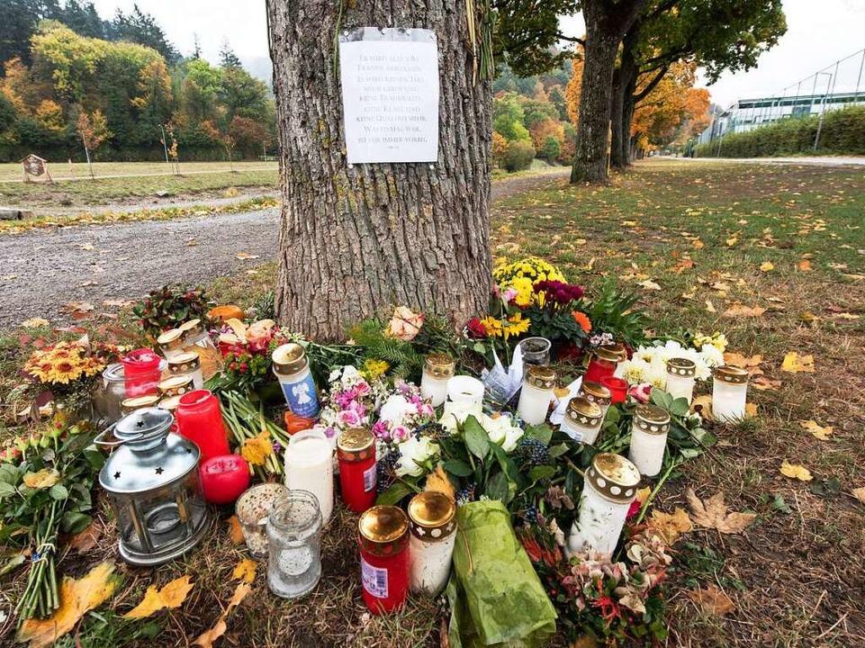 Am Fundort von der getöteten Maria L. ...r Dreisam haben Menschen niedergelegt.  | Foto: dpa