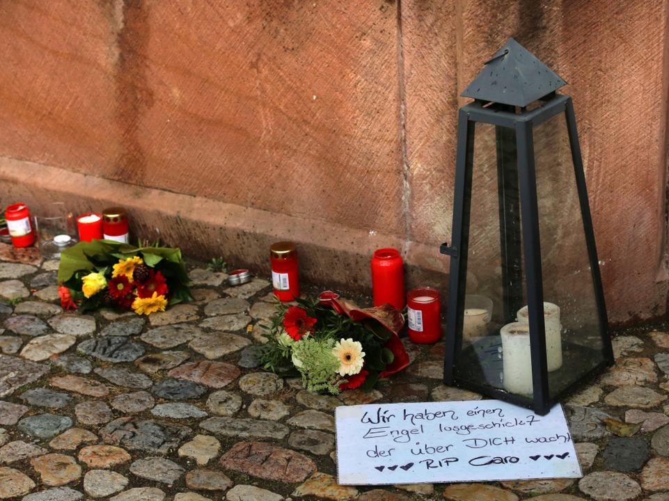 Eine Stadt trauert. Kerzen und Blumen am Endinger Marktplatzbrunnen.  | Foto: Hans-Peter Ziesmer