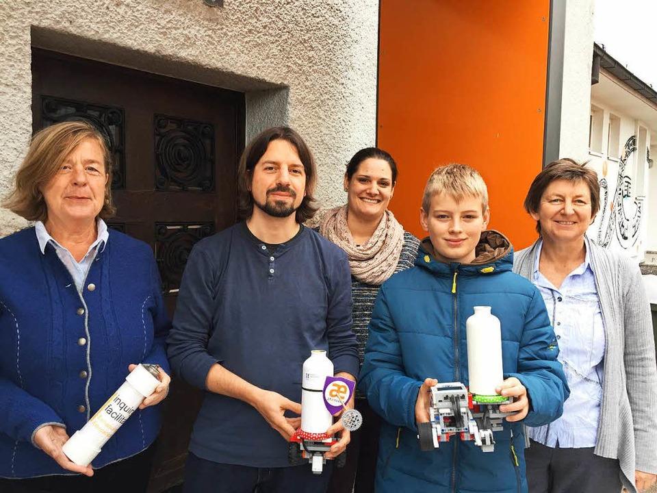 Die Organisatoren und der 12-jährige T...sten Roborave Deutschlands in Lörrach.    Foto: Dorothee Soboll