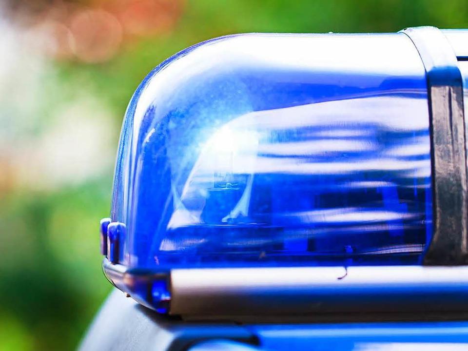 Die Polizei sucht drei Männer, die zwe...hlagen und beraubt haben (Symbolbild).  | Foto: Dominic Rock