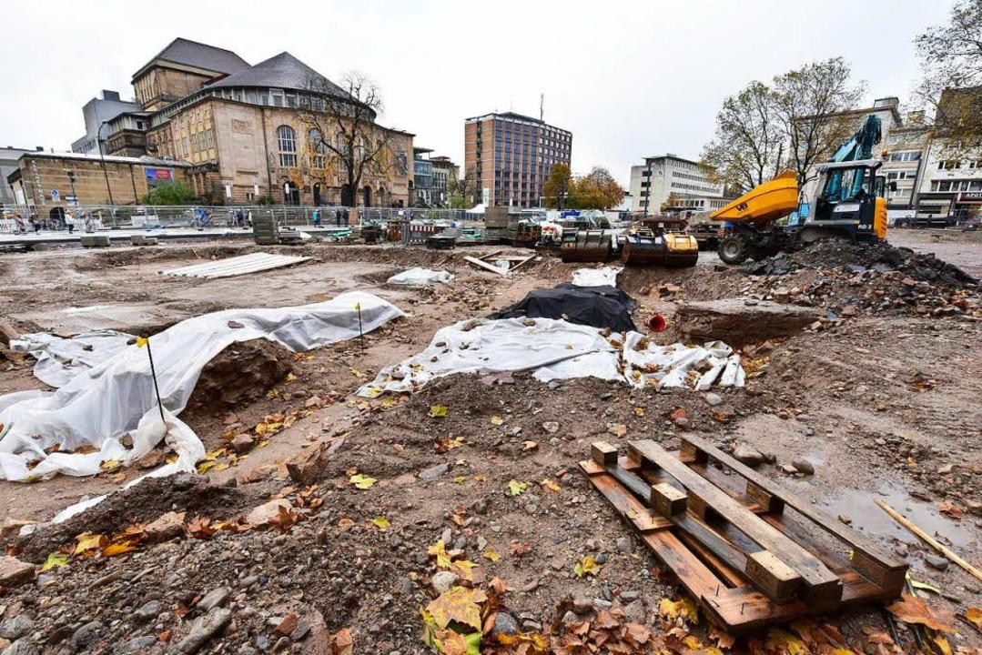 Einige der Synagogen-Fundamentreste si...en und der Platzgestaltung weitergeht.  | Foto: Thomas Kunz