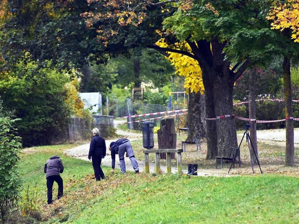 Ermittler untersuchen nach dem Mord an Maria L. das Dreisamufer.    Foto: Thomas Kunz