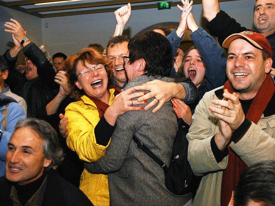 Jubel bei den Gegnern des geplanten Wohnungsverkaufs vor zehn Jahren.    Foto: Thomas Kunz