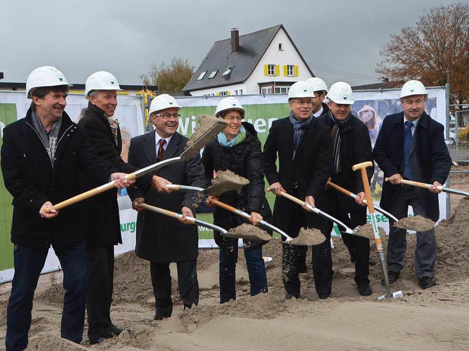 Spatenstich für ein Großprojekt: Baubeteiligte und Investoren in Kollmarsreute  | Foto: Gerhard Walser