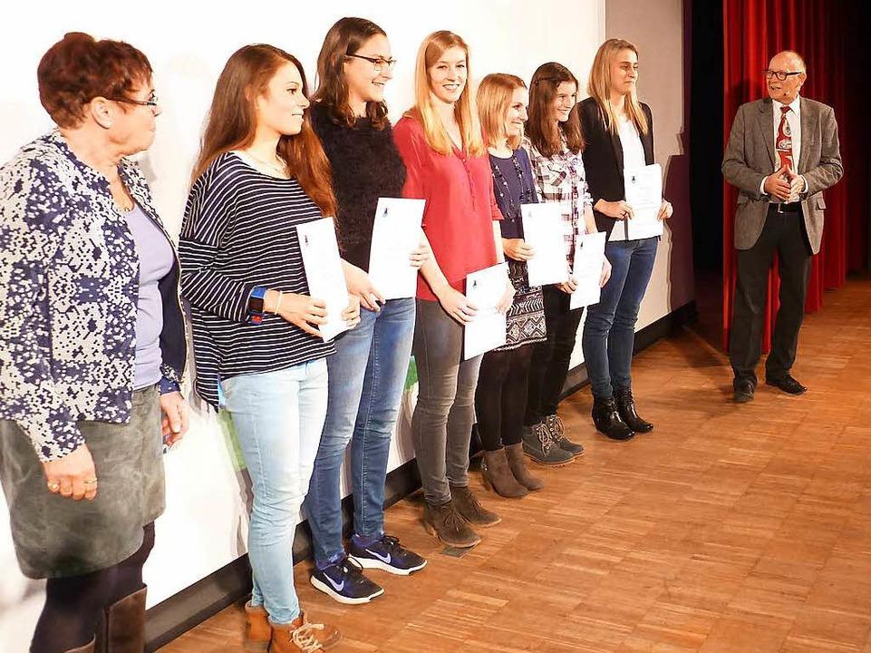 Die Leichtathletinnen des TV Neustadt ... den Mannschaftstitel aus dem Rennen.   | Foto: H. Simoneit