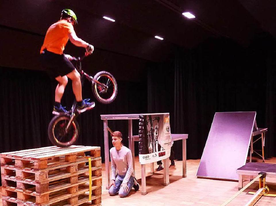 Zum Niederknien: der Stunt von Daniel Rall.   | Foto: Heidrun Simoneit