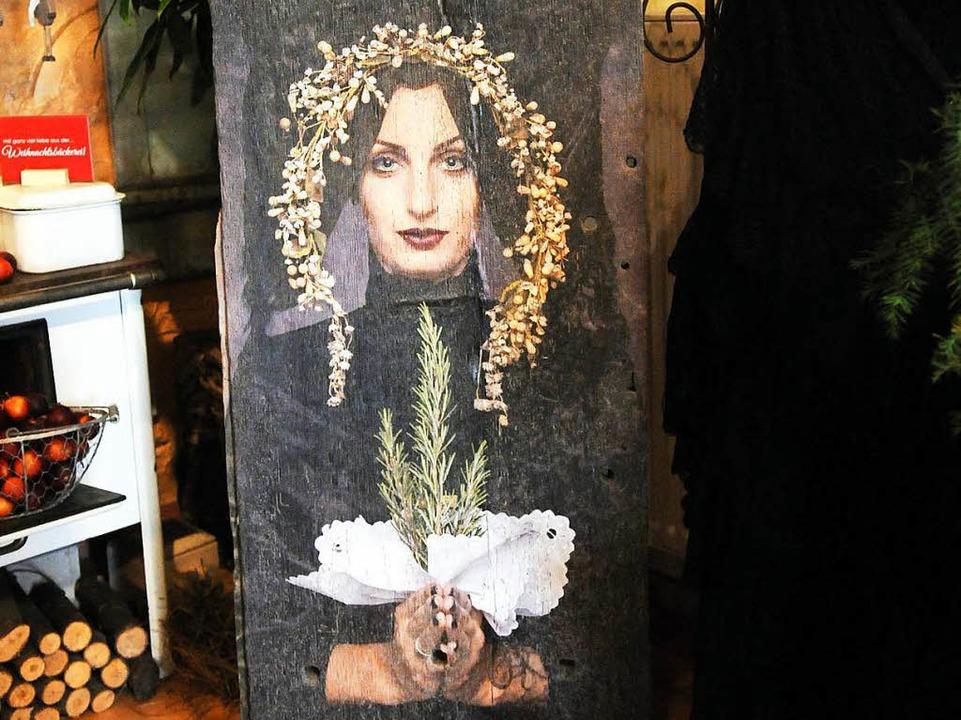 Das Foto eines Models in der Meißenhei...eine 230 Jahre alte Holzbohle drucken.  | Foto: WOLFGANG KUENSTLE