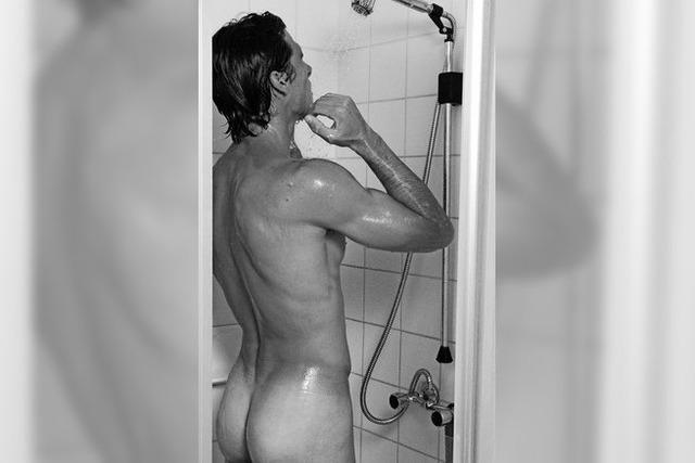 Wer weniger Reinigungsmittel beim Duschen verwendet, der schont seine Haut