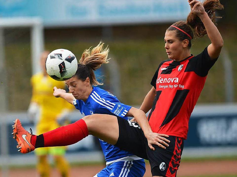 Die Freiburgerin Carolin Schiewe (rech...im Bundesliga-Derby gegen den SC Sand.    Foto: Patrick Seeger