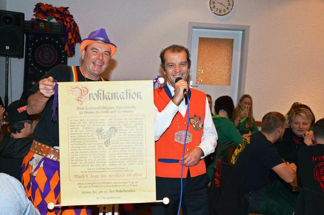 Oberzunftmeister Mario Brugger (rechts...n Keller gaben das neue Motto bekannt.  | Foto: Edgar Steinfelder