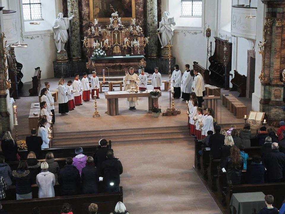 Endingen. Pfarrer Rémi Purzeau am Altar beim zelebrieren der Festmesse.  | Foto: Roland Vitt