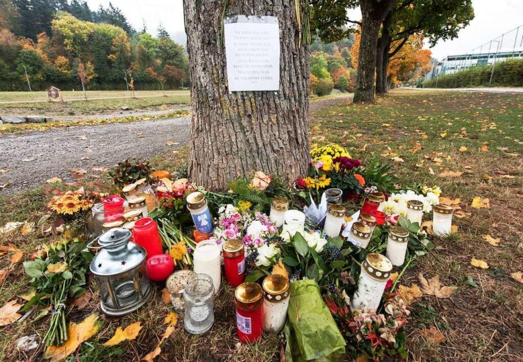 Am Fundort des Opfers an der Dreisam wurden Kerzen aufgestellt.    Foto: dpa