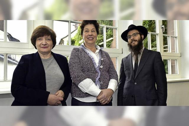 Vertreter dreier jüdischer Strömungen sprechen über die Fundamentfragmente der Alten Synagoge