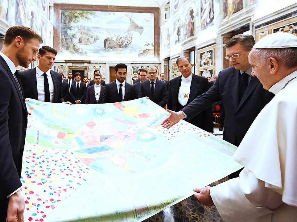 Keine Taktiktafel: Vielmehr ein Tuch a...nkten die deutschen Kicker dem Papst.     Foto: dpa