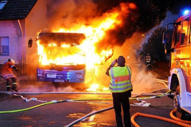 Linienbus in Neuried brennt komplett aus - 70 Fahrgäste müssen aussteigen