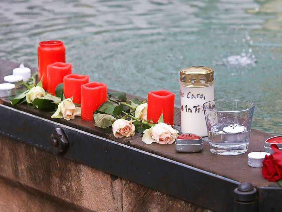 Am Marktplatzbrunnen in Endingen stehe...n und Blumen in Gedenken an Carolin G.  | Foto: Hans-Peter Ziesmer