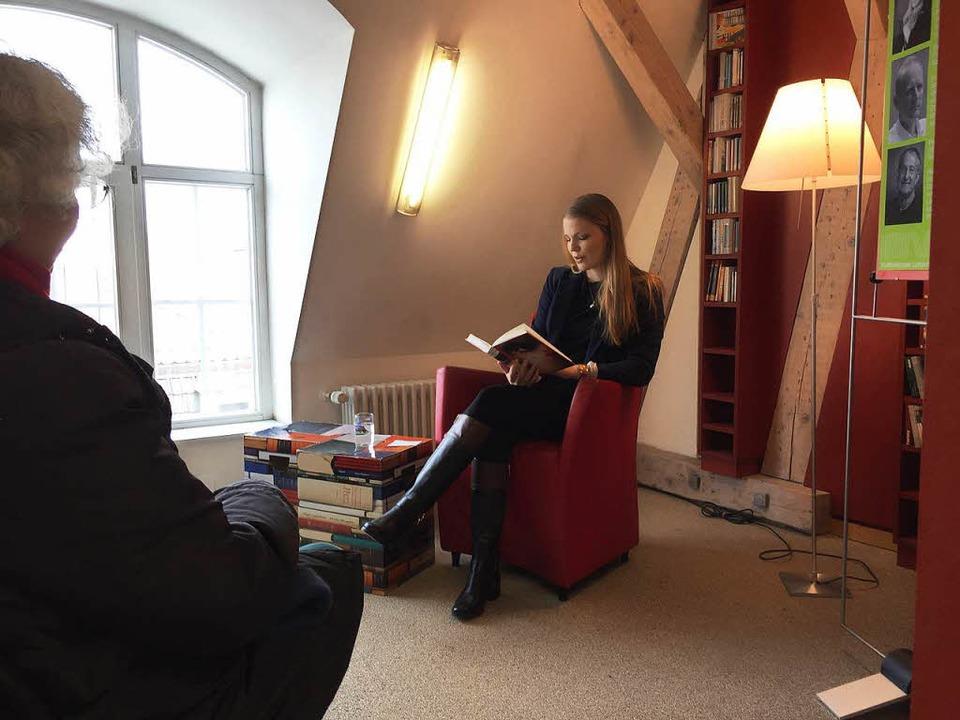 Birgit Niethammer liest in der Lörracher Stadtbibliothek.  | Foto: Dorothee Soboll