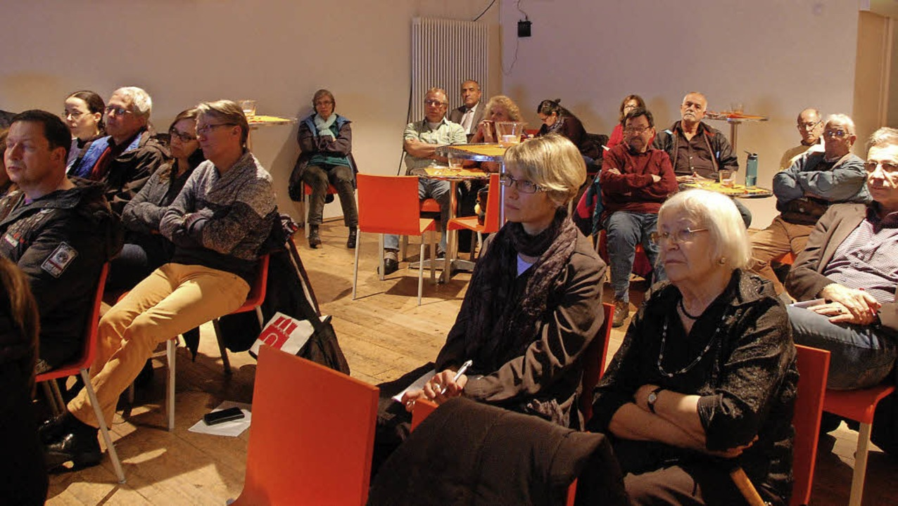 Im Kesselhaus verfolgten die Besucher ... Ausführungen der Sanierungsexperten.   | Foto: Frey