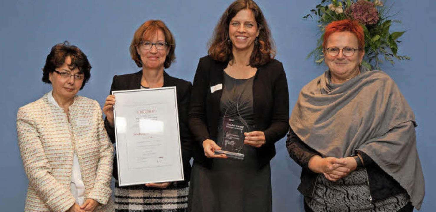 So sehen Siegerinnen aus (von links): ...homas und Staatssekretärin Elke Ferner    Foto: Privat