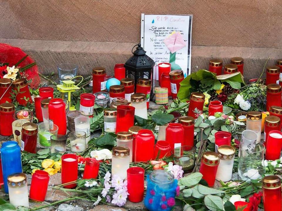 Kerzen und Gedenkbriefe für Carolin G. stehen am Endinger Stadtbrunnen.  | Foto: dpa