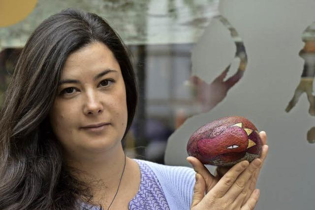 Silvia Paparelle macht aus schlichten Steinen kunterbunte Kunstwerke