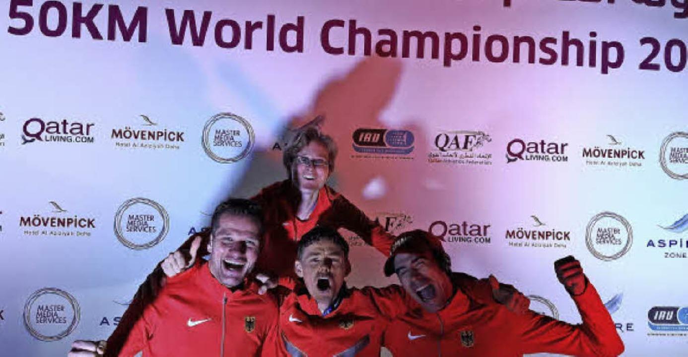 Triumphschreie auf dem Siegerpodest: B...ubelt mit seinen Teamkollegen in Doha.  | Foto: zvg