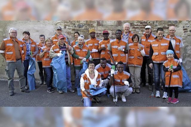 In orangefarbenen Westen dem Müll auf der Spur
