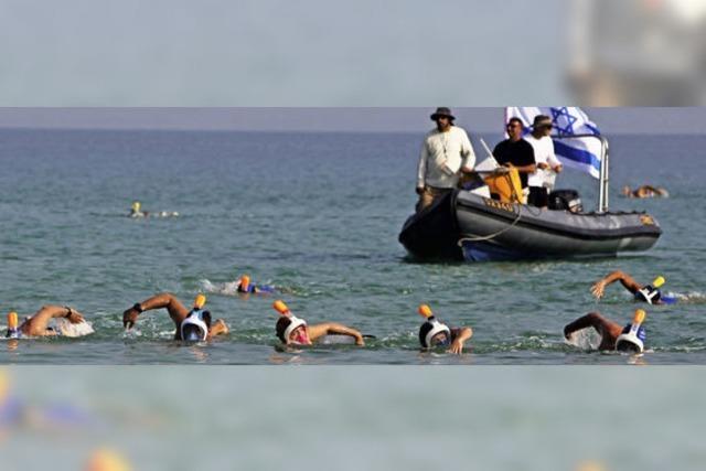 Sportler schwimmen von Jordanien aus nach Israel