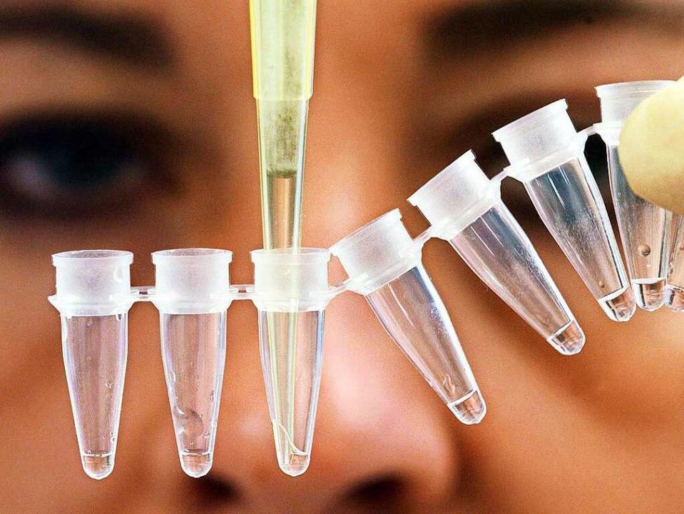 Vorbereitungen zu einer DNA-Analyse: M...n Flüssigkeit aus einem Probebehälter.  | Foto: dpa