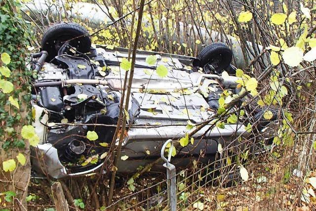 Auto landet bei Unfall auf dem Dach