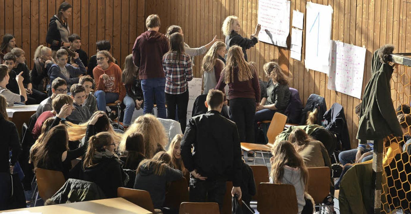 Lebhaft beteiligten sich die Jugendlichen an dem Workshop in der Jahnhalle.   | Foto: Benedikt Sommer