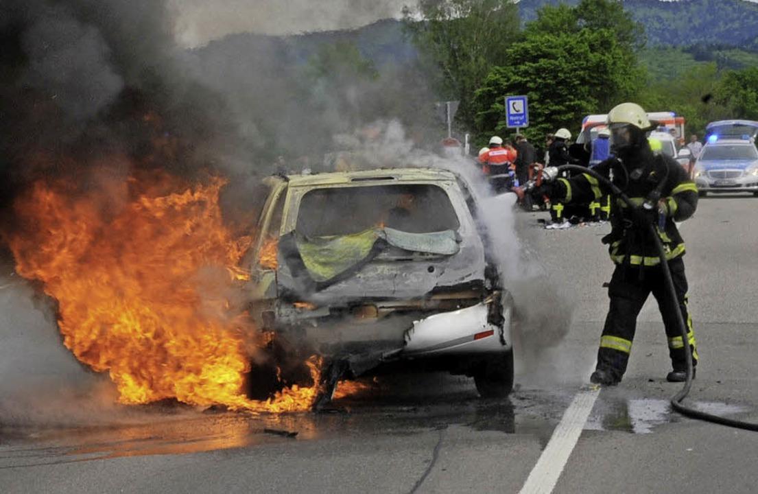 Wenn sich ein Autobrand erst auf Reife...ommt, kann Vorsorge getroffen werden.   | Foto: Patrick Seeger/dpa