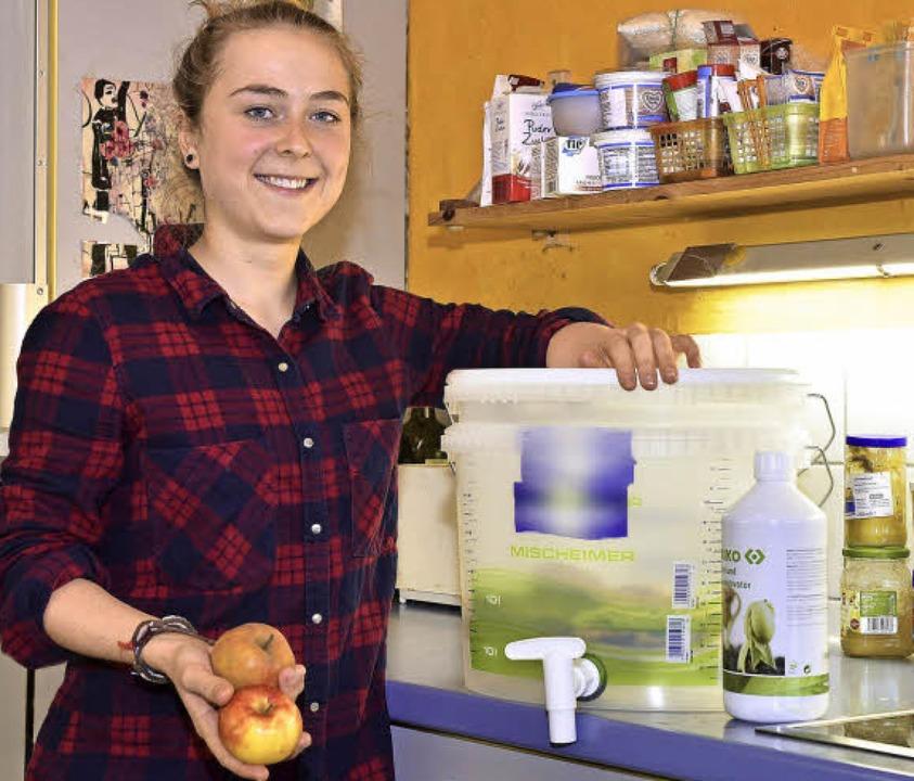 Isabell Schlangen mit dem von ihr geba...-Bio-Kompostsystem in ihrer WG-Küche.   | Foto: Thomas Kunz