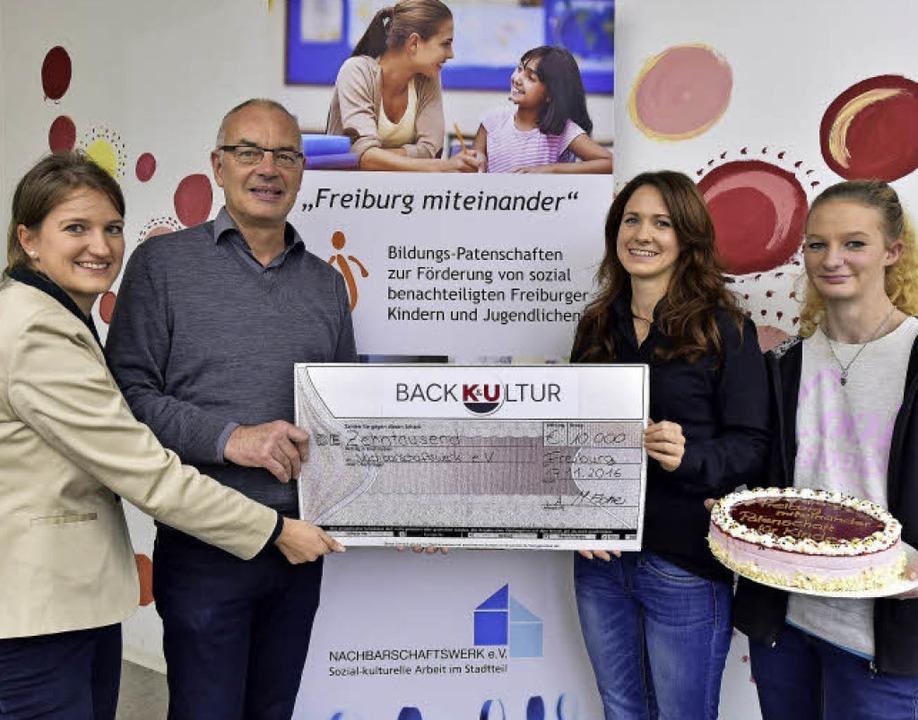 10000 Euro, die Kunden gespendet haben...&U-Auszubildende Jasmin Kissling.   | Foto: Thomas Kunz
