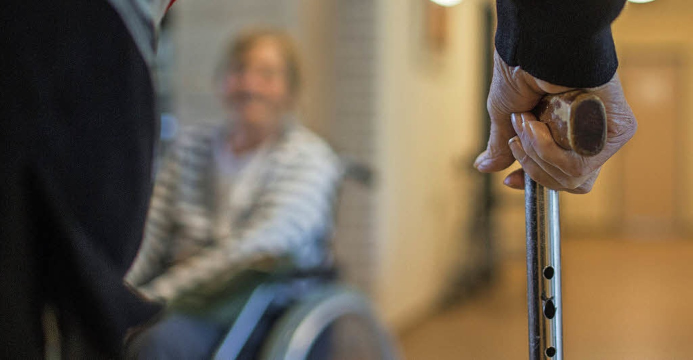 Pflege zu Hause oder eher im Heim? Ant...us fünf kreisweiten Beratungsstellen.     Foto: dpa