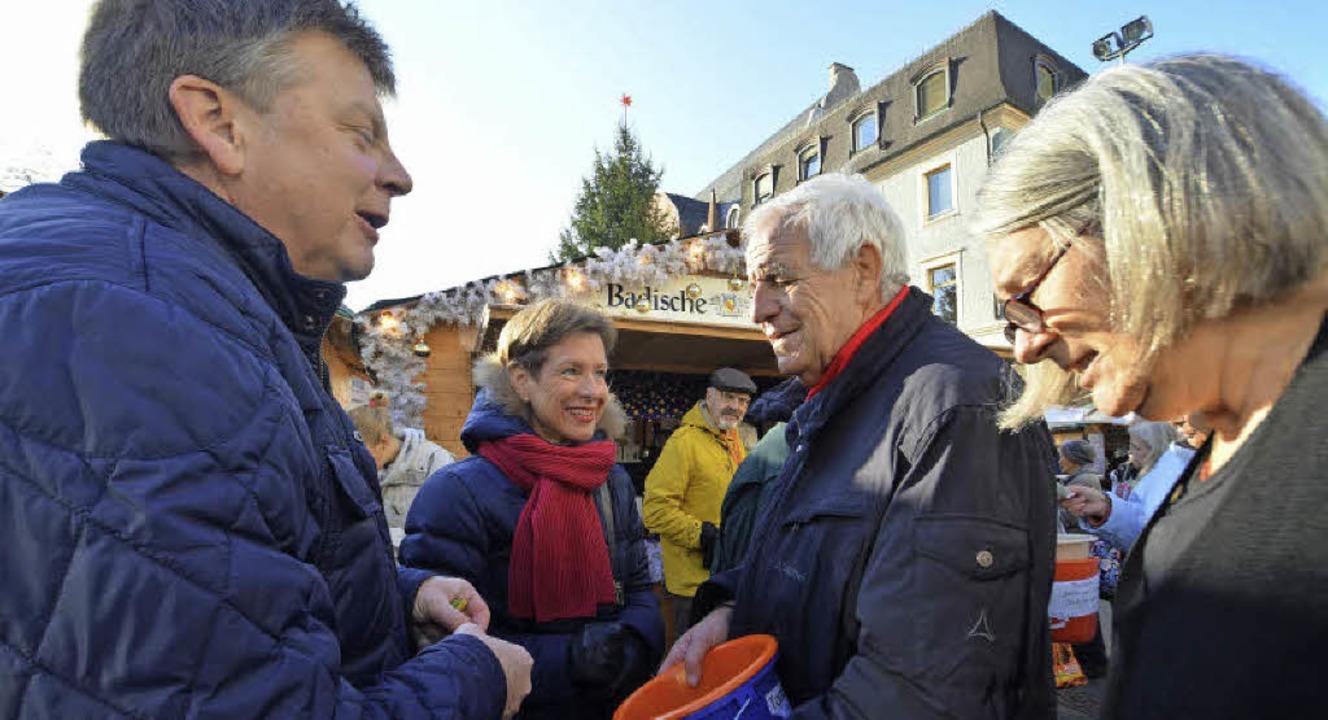 Die Tombola der BZ-Weihnachtsaktion au...hren Ehepartner Mike Dammann (links).   | Foto: Barbara Ruda