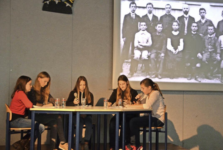 Schülerinnen der Klasse 8b erzählten i...piel über das Leben von Julius Leber.   | Foto: Johannes Burkart